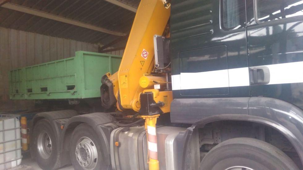 Tractora MAN de TRES ejes equipada con grúa articulada FASSI.