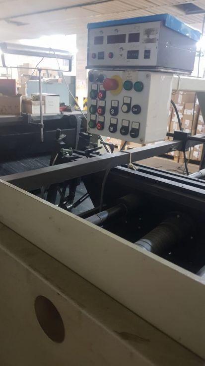 Plegadora-pegadora de cajas plegables