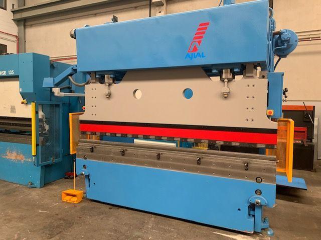 Plegadora CNC marca Ajial de 3050 mm x 170 tn con CN Cybelec Cybtouch 8, 2 ejes (X,Y)