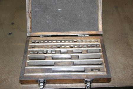 Parallel gauge block box