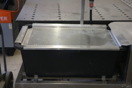 Weld seam cleaning device with rinsing option