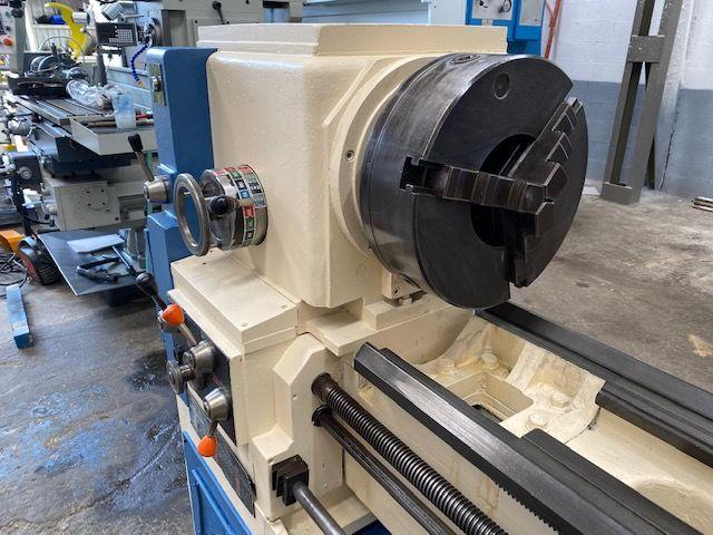 Torno de 2550 x 570 mm con agujero de 155 mm y dos platos de 350 mm