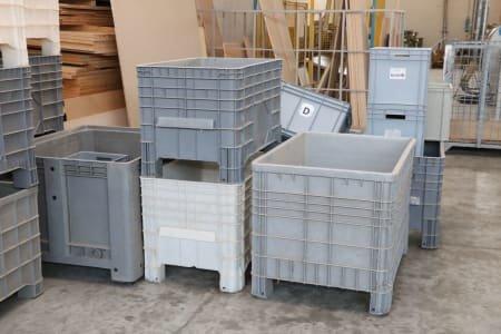 Lot of plastic baskets