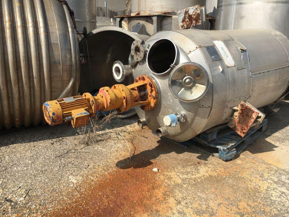 Depósito 2.470 litros con agitador de doble hélice de 3 palas y rompeolas