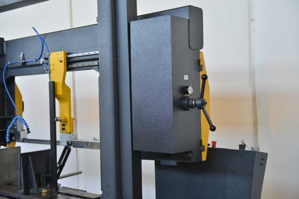Sierra de cinta semi-automatica cortes a 45º y 90º