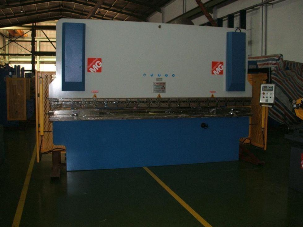 Plegadora de chapa con control CNC a 2 ejes (X - Y)