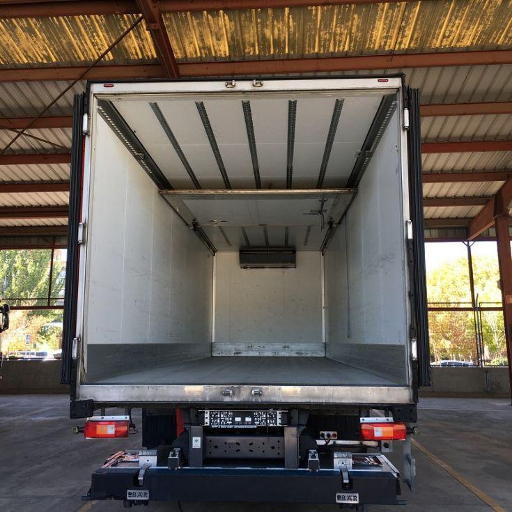 Camión frigorífico de tres ejes.