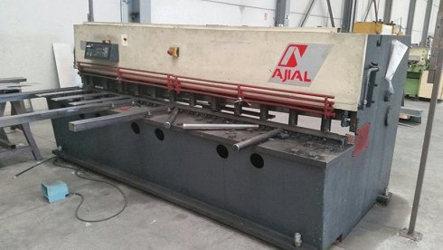 Cizalla hidráulica Ajial de 3000x6mm con rampa neumática