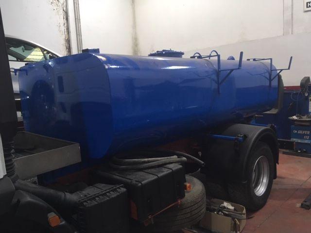 Camión con cuba de agua