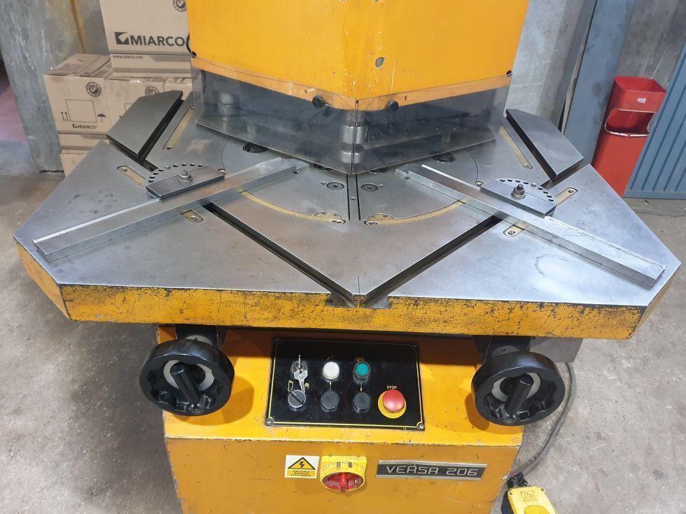 Escantonadora / Muescadora hidráulica de ángulo variable