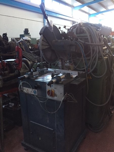 Tronzadora para aluminio Mecal completa con tope medidor y camino de rodillos