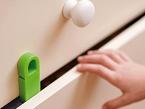 Finger Keepers, de Nikidom, evita que los niños se atrapen los dedos en los cajones. Se instala en segundos sin herramientas y no daña los muebles.