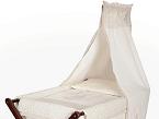 La colección canastilla de Babyline fabricada en algodón 100% se compone de varios artículos, entre los que destaca la mini cuna, el bolso maternal y vestidor de bolso desarrollados en tejido plastificado.