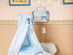 La vestidura de mini cuna de Creaciones Alves sigue la línea de las colecciones clásicas de la compañía, que presentan estampados en Toile de Joie y Vintage, y materiales más novedosos, tipo Spider.