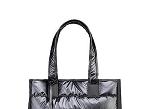La bolsa Modern Mum, de Saro, cuenta con cambiador y un portachupete, además de múltiples bolsillos, incluyendo uno lateral de material aislante.