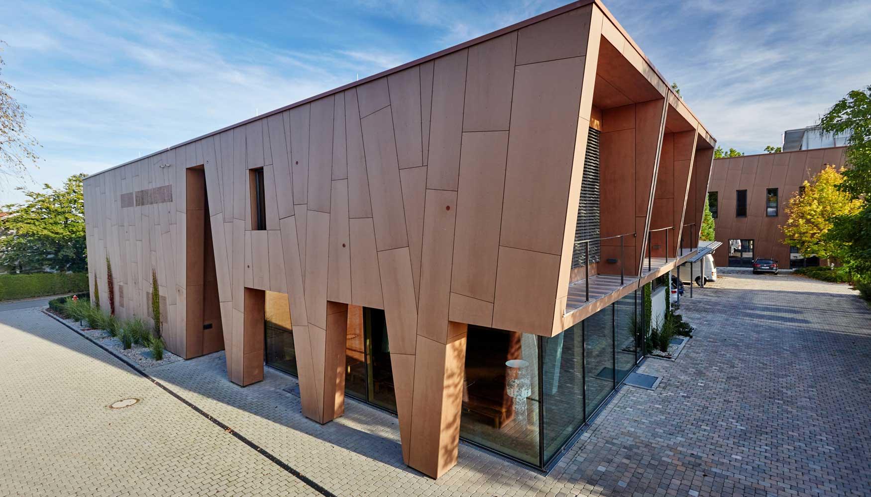 Una fachada viva en armon a con la naturaleza for Fachadas modernas para oficinas