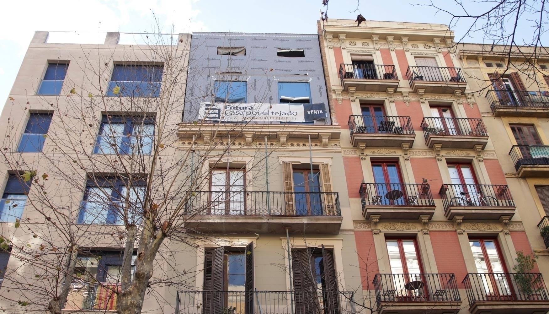 La casa por el tejado construye los primeros ticos eco for Tejados de madera barcelona