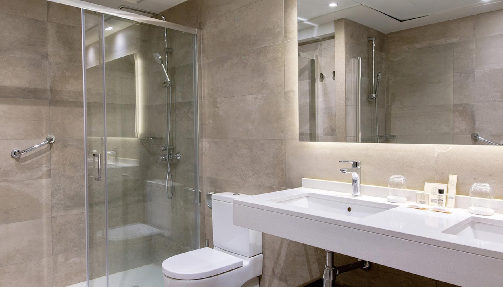 El hotel avenida palace de barcelona estrena nuevos ba os - Luz para banos ...