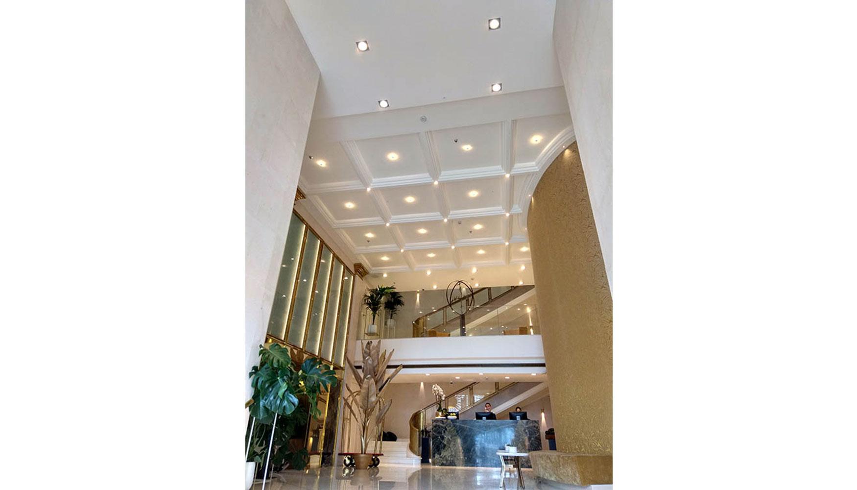 Las Molduras De Orac Decor Coronan El Hall Del Nuevo Hotel