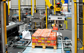 Sistema de paletización automatizado utilizado para empaquetar containers de comida y bebida en palets