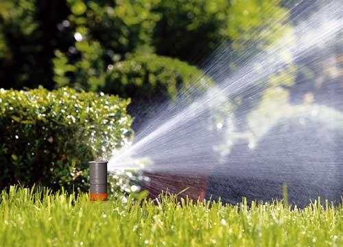 Los sistemas de riego gardena permiten disponer de agua en for Aspersores de agua para jardin