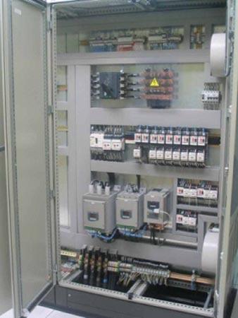 Armario de mando central dotado de un PLC de última generación.