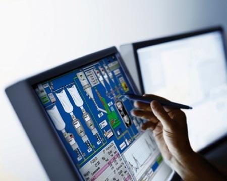 El sistema Scada se comunica e intercambia datos y órdenes con el sistema ERP.