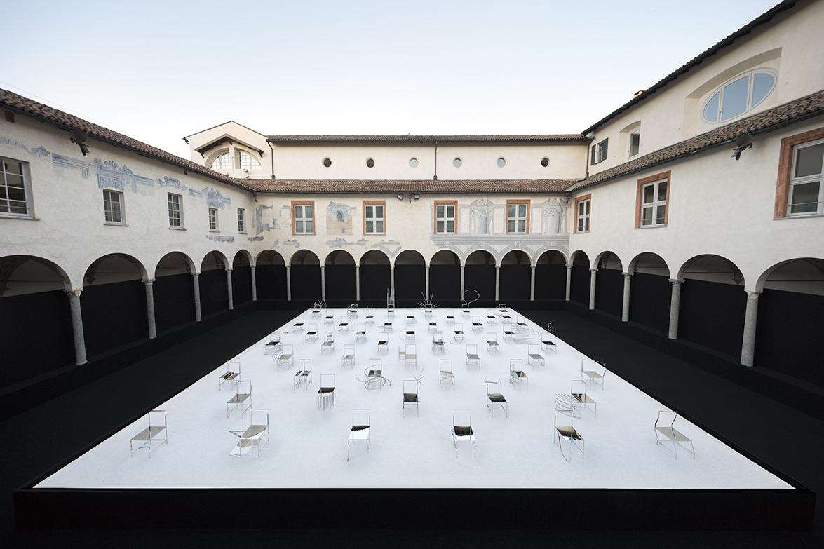 50_manga_chairs_in_Milan_01_takumi_ota