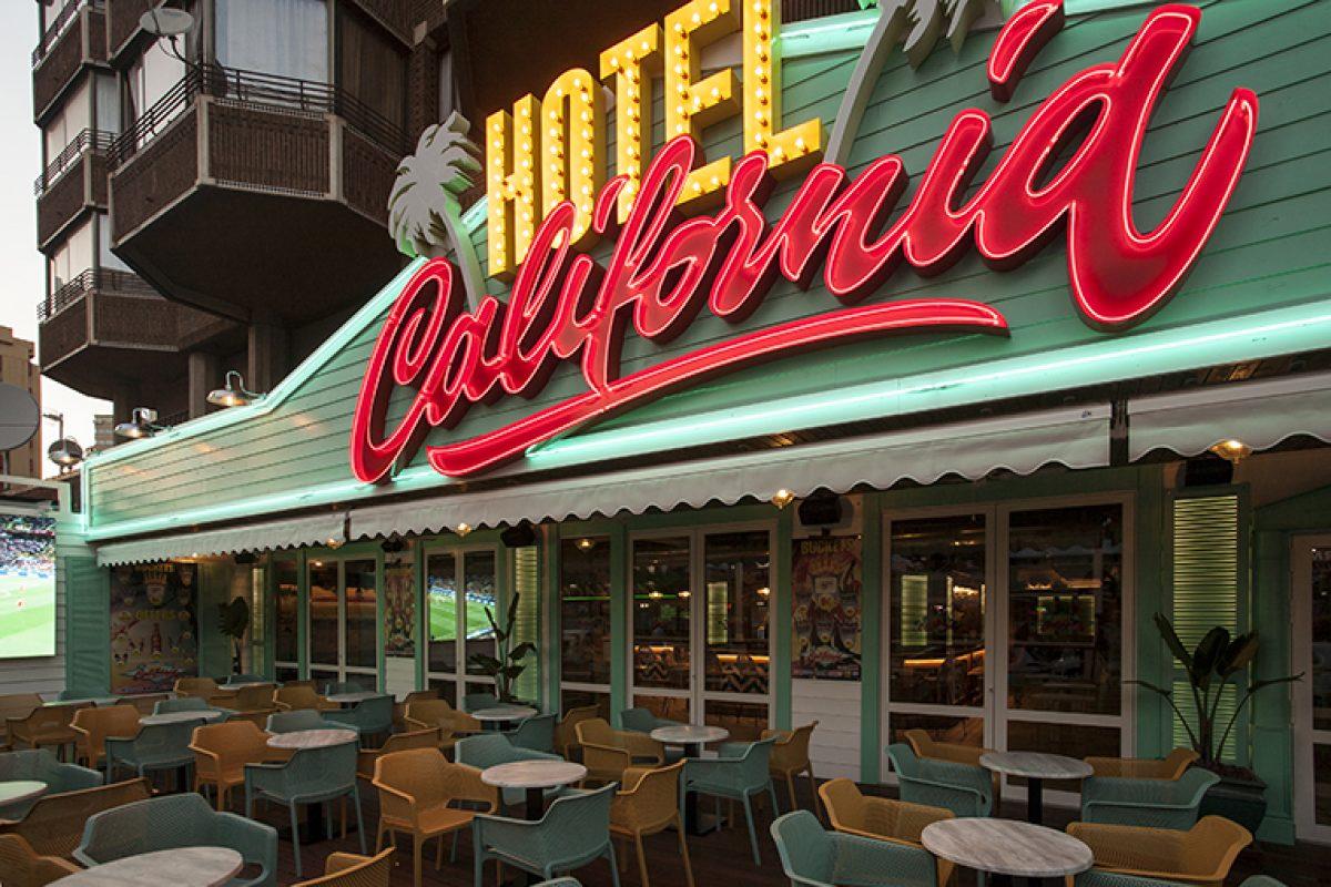 Hotel California Beach Club en Benidorm, el local de aire surfero y estética ecléctica diseñado por Oscar Vidal Quist