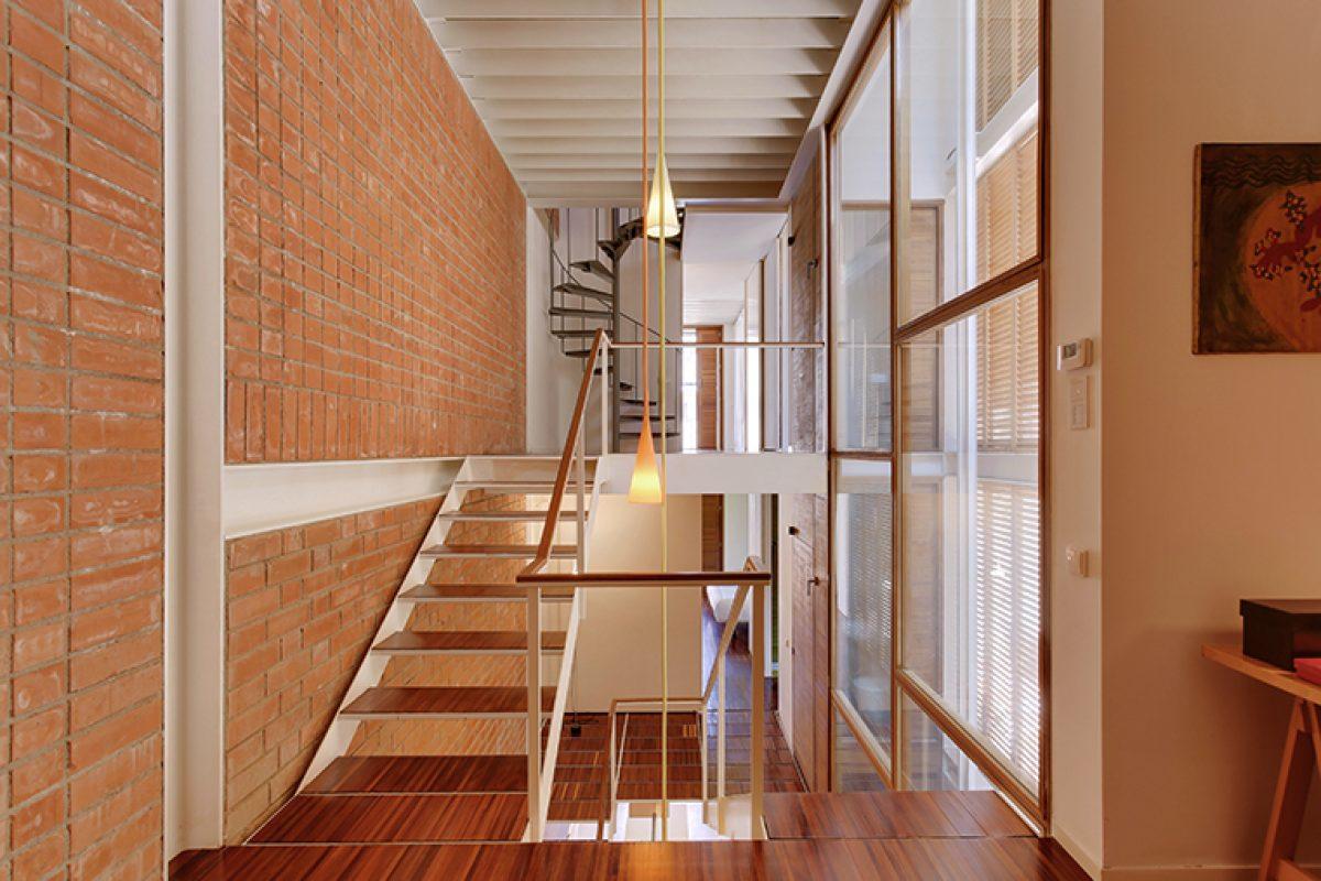 La casa vertical de Lagranja. Cómo crear sensación de amplitud en un espacio estrecho y profundo