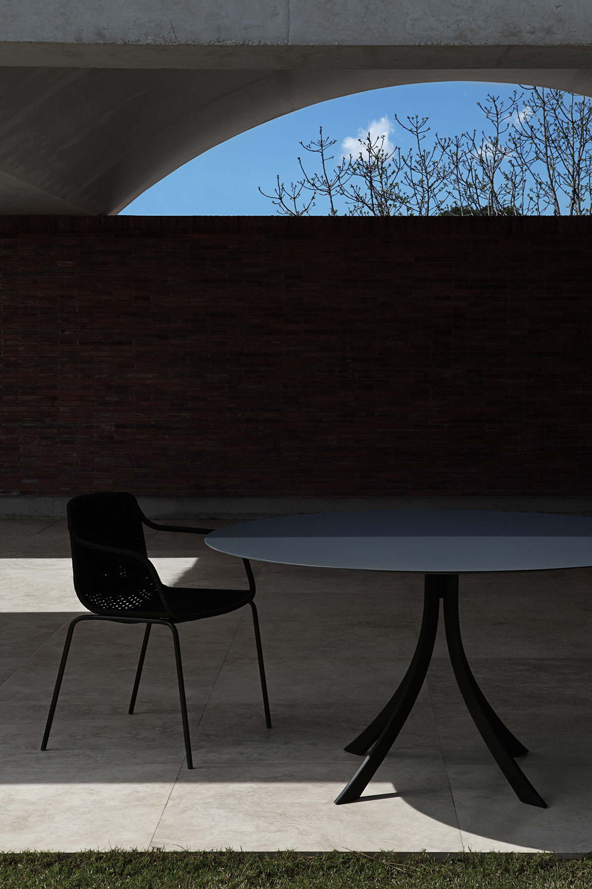 Falcata dining table by Lievore Altherr Molina 01