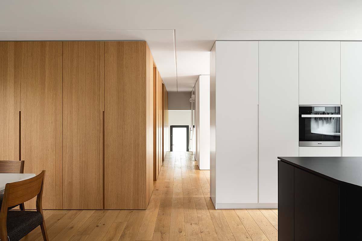 Espacio, luz y materialidad, claves para la reforma de esta vivienda por Paul Bernier Architecte
