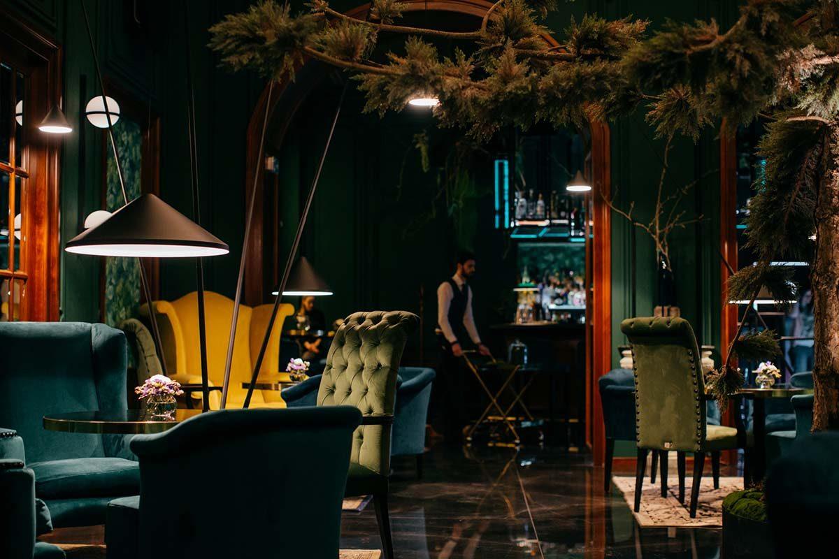 Mirror Bar, una coctelería atemporal en Bratislava diseñada por Lucia Ortutová
