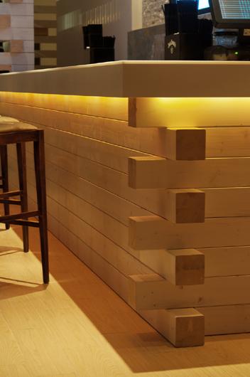 Loos el uso de la luz hi macs conjuga lujo y naturaleza en el restaurante loft y el club the - Barras de madera ...