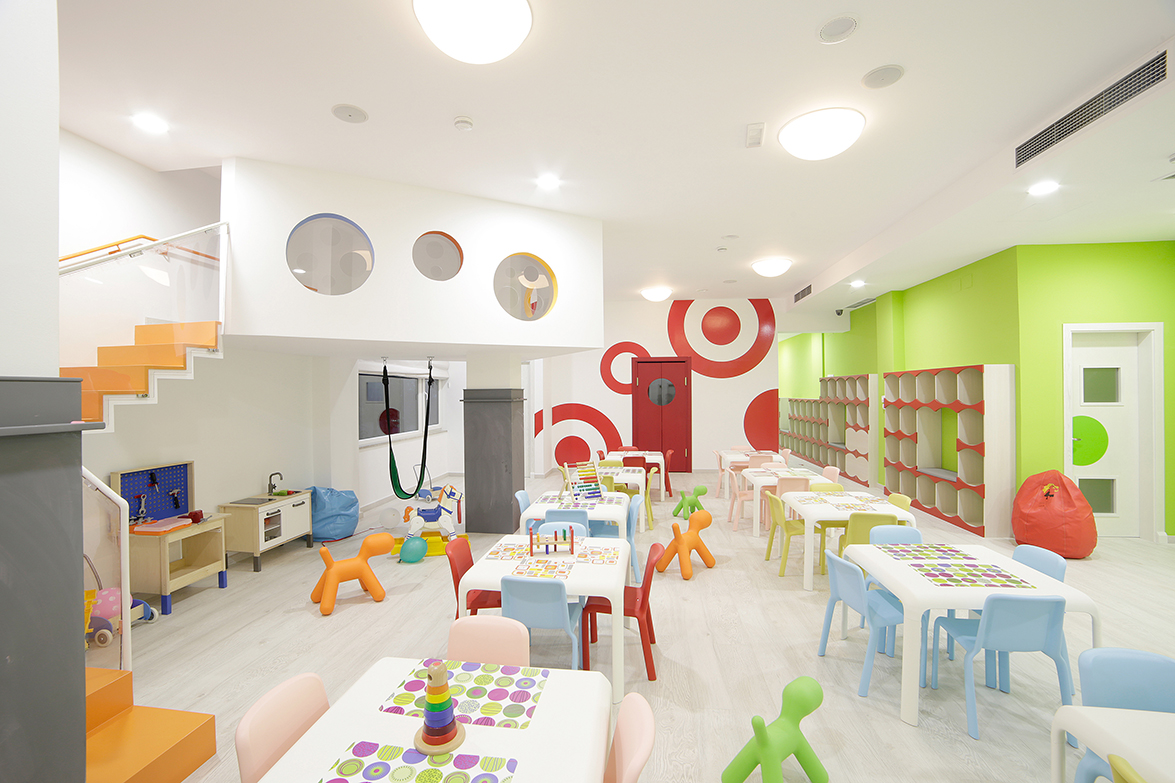 Case studies play of colours at bimbambum with pedrali for Case interior design