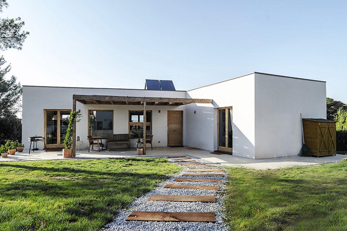 Arquima construye una vivienda pasiva funcional y sostenible en plena naturaleza diseñada por el estudio 2260mm
