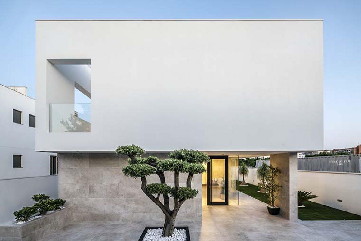 Líneas minimalistas, ordenadas y puras en una vivienda 100% mediterránea proyectada por Eloi Camacho
