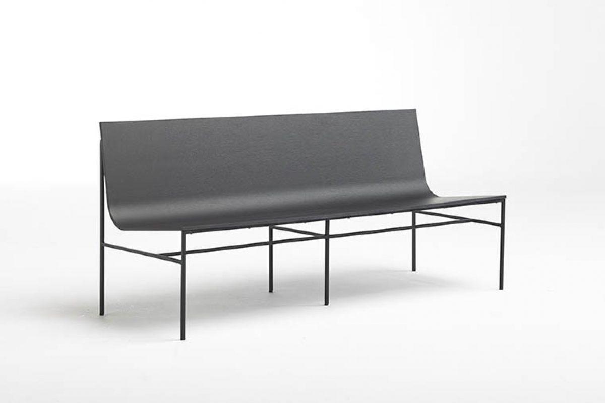 Fran Silvestre completa la A-Collection de Capdell con un nuevo banco que conjuga el minimalismo industrial del metal y la calidez orgánica de la madera