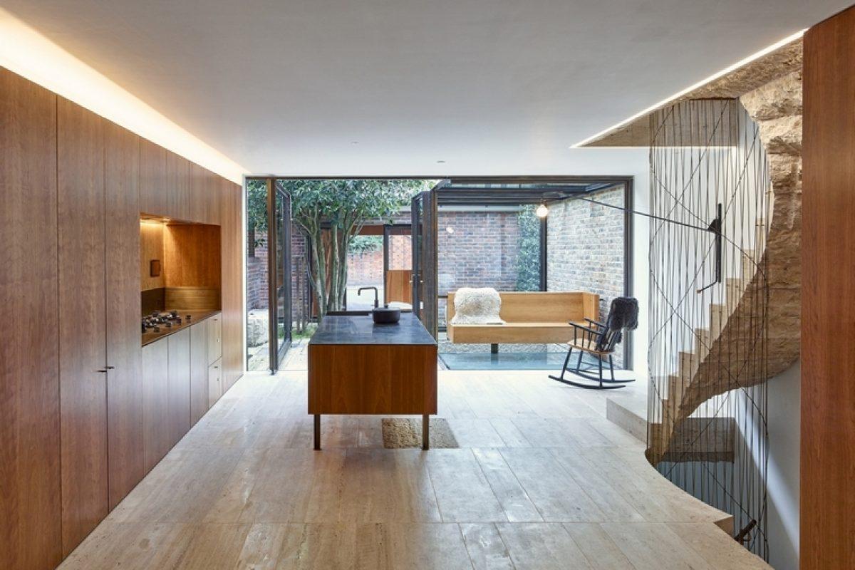 El estudio GROUPWORK + Amin Taha renueva una vivienda en Londres con toques de madera de cerezo estadounidense AHEC