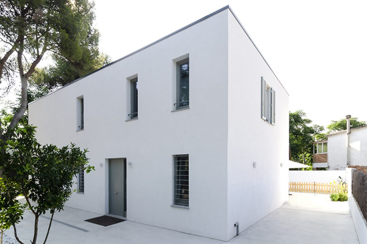 Una vivienda sostenible en blanco puro diseñada por el estudio 2260mm y construida por Arquima