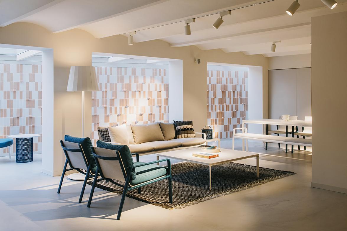 Studio urquiola redesigned kettal s showroom in barcelona for Kettal barcelona
