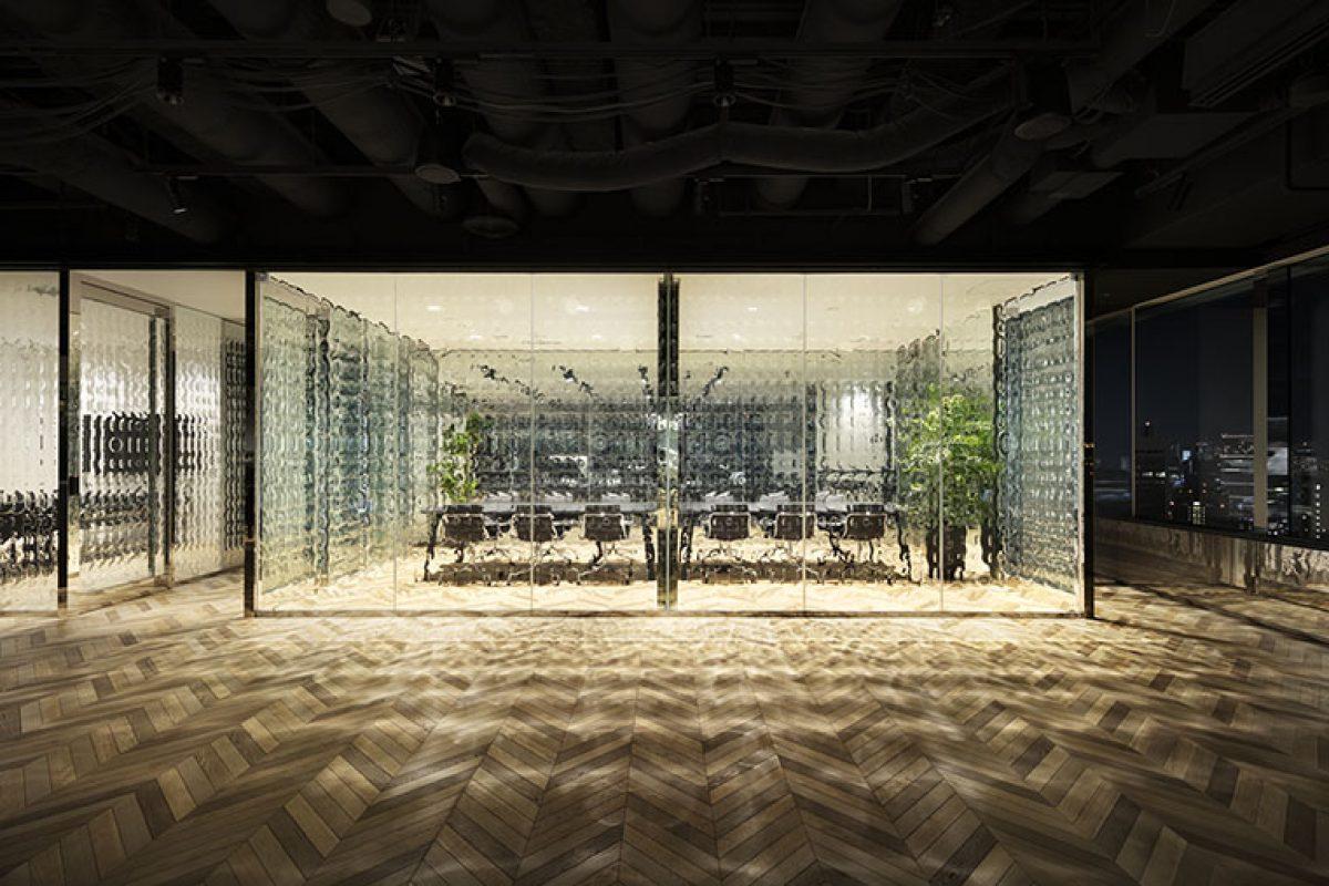 Nendo lleva a cabo el proyecto de diseño interior de unas nuevas oficinas en Roppongi con un original vidrio de «0» y «1»