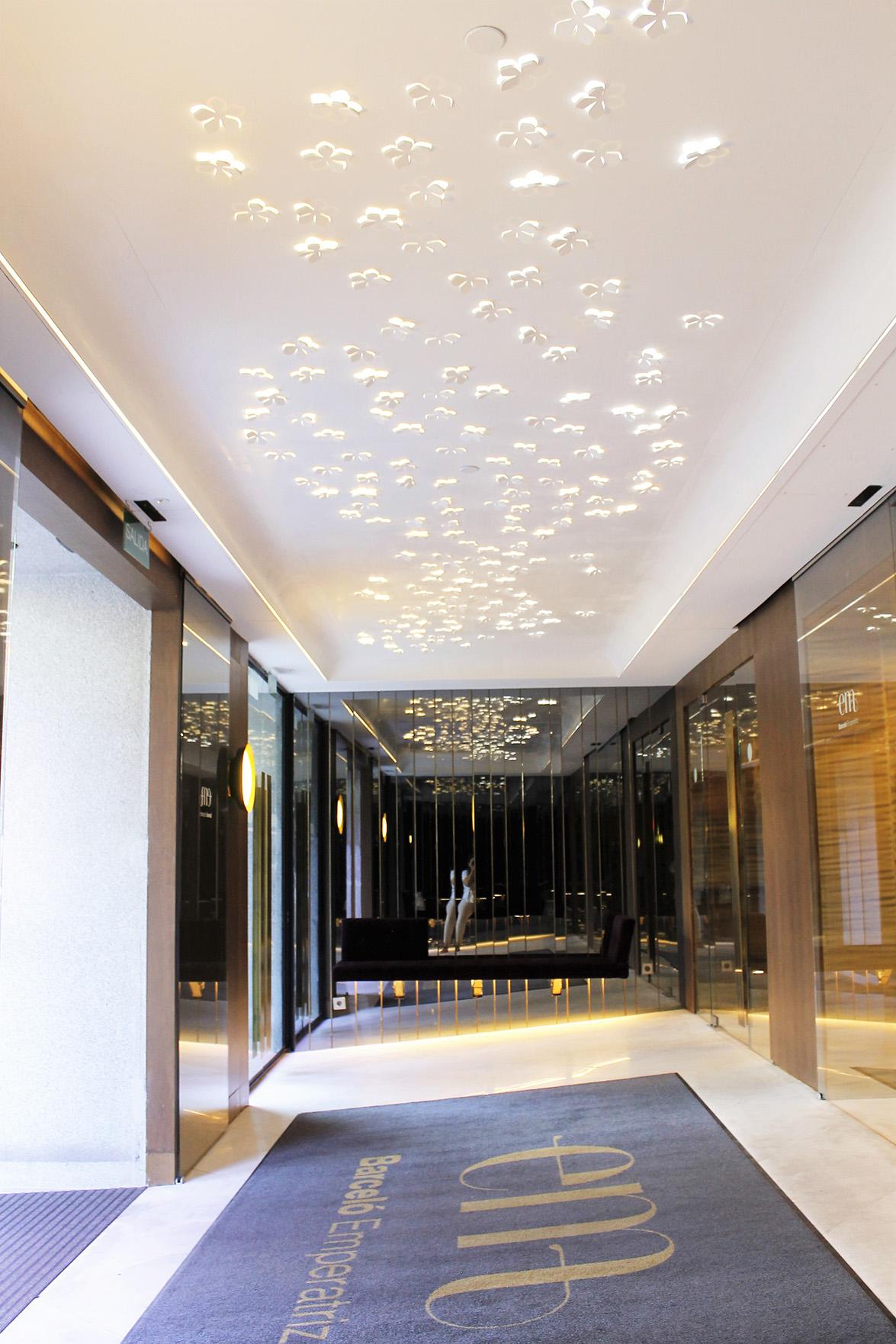 el hotel barcel emperatriz de madrid recibe a sus huspedes con un techo de flores de corian diseadas por antonia gmez