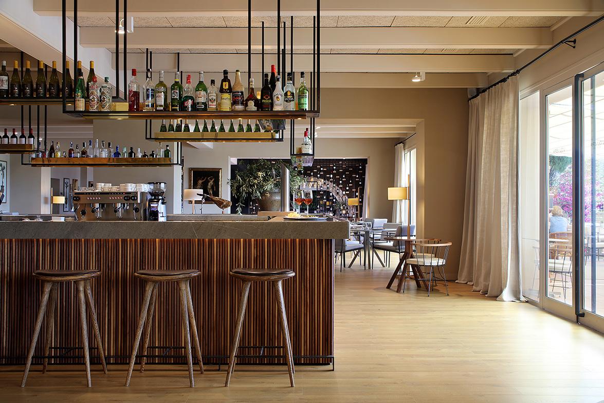Tarruella trenchs renueva el hotel peralada empapado por - Botelleros para bares ...