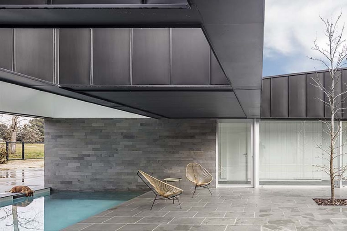 Zinc, cuarcita, aluminio y vidrio, protagonistas de la vivienda diseñada por Alventosa Morell Arquitectes