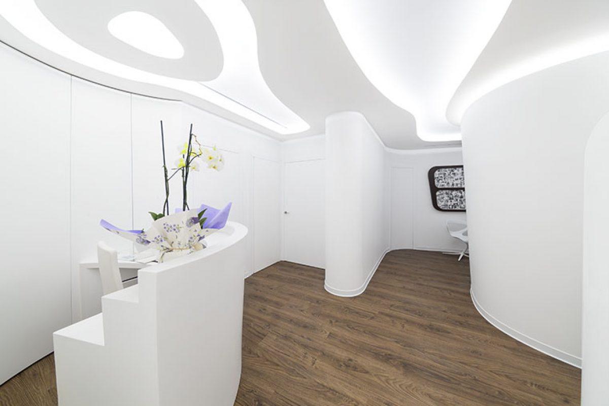 HI-MACS® aporta sus cualidades y armonía al impecable diseño interior de  Fran Canós Studio en esta clínica ginecológica