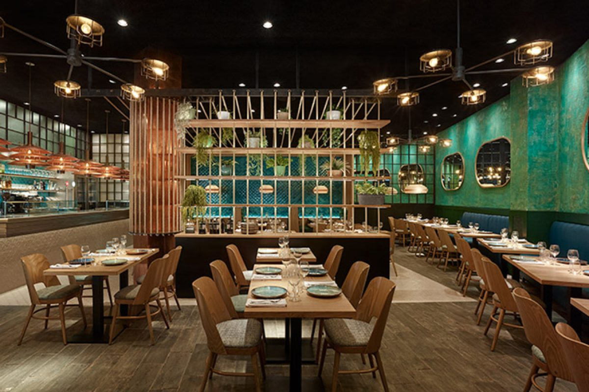 El nuevo restaurante Cala Rossita evoca el interior de los grandes veleros clásicos. Un diseño de Carlos Martínez Interiors