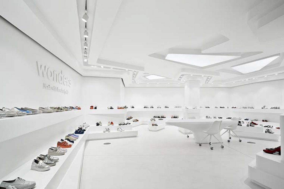 Oda al zapato en un showroom de estética orgánica por Tomás Amat Estudio de Arquitectura