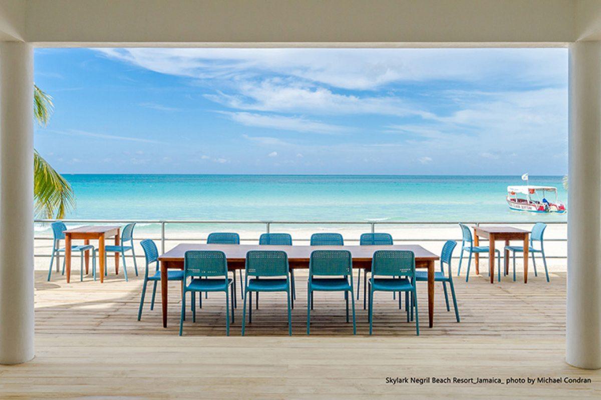 El mobiliario de Nardi aporta el contraste a los espacios exteriores del Skylark Hotel de Jamaica