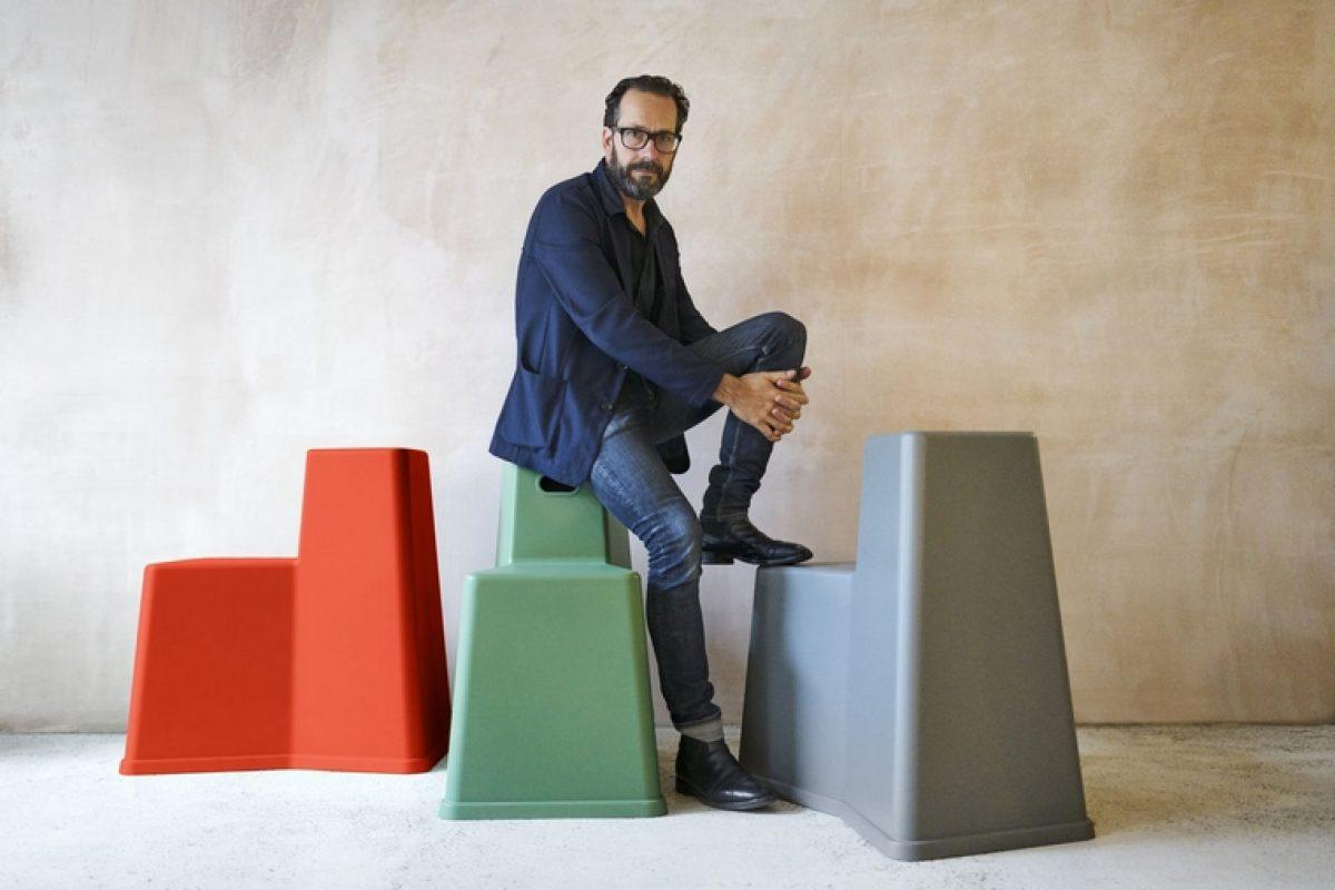 Konstantin Grcic reúne la mesa y la silla en un mueble multifuncional y crea Stool-Tool para Vitra